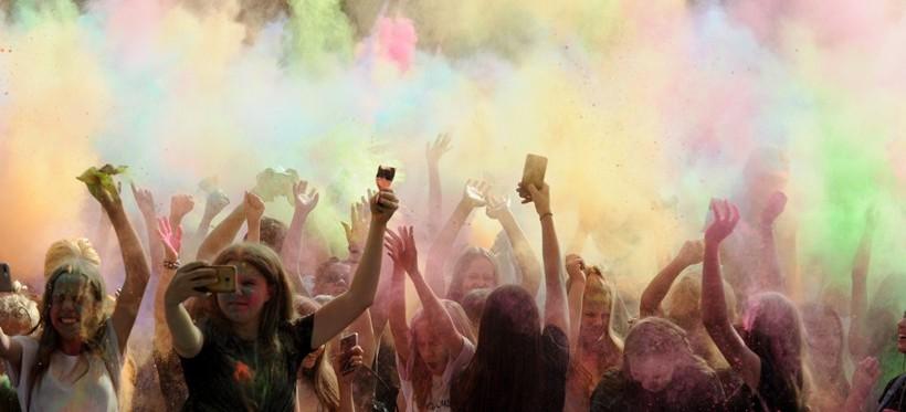 Barwny tłum na Festiwalu Kolorów (ZDJĘCIA)