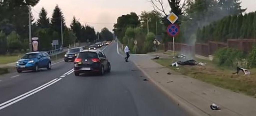 Poważny wypadek. Motocyklista zderzył się z osobówką. VIDEO ku przestrodze!