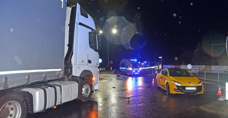Ciężarówka zderzyła się z osobowym renault. Wśród poszkodowanych znany kierowca rajdowy (FOTO)