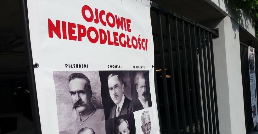 """Wystawa plenerowa: """"Ojcowie Niepodległości"""" (ZDJĘCIA)"""