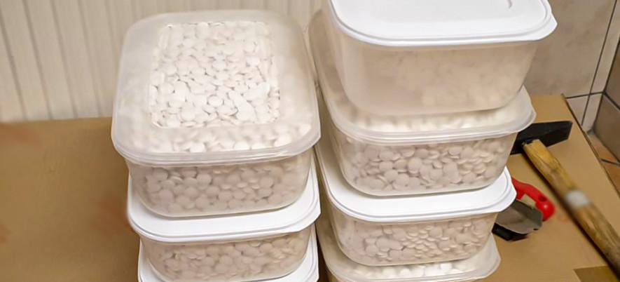 CBŚP zlikwidowało wytwórnie medykamentów – znajdowała się w domu poszukiwanego mężczyzny