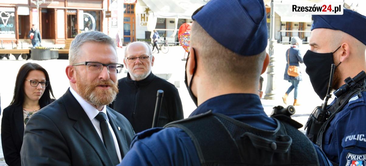 RZESZÓW. Policja legitymuje uczestników konferencji Grzegorza Brauna (VIDEO, ZDJĘCIA)