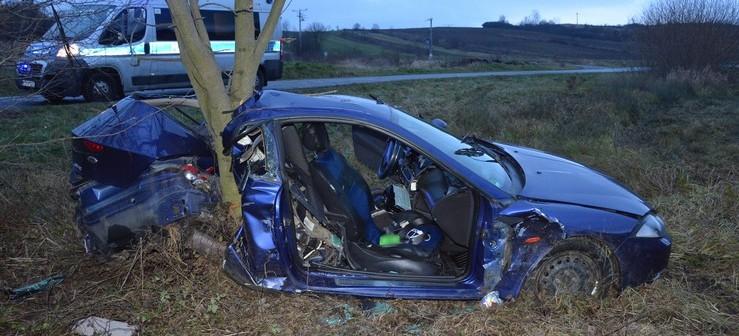 """Uderzył w drzewo. Samochód """"przecięty"""" na pół (FOTO)"""