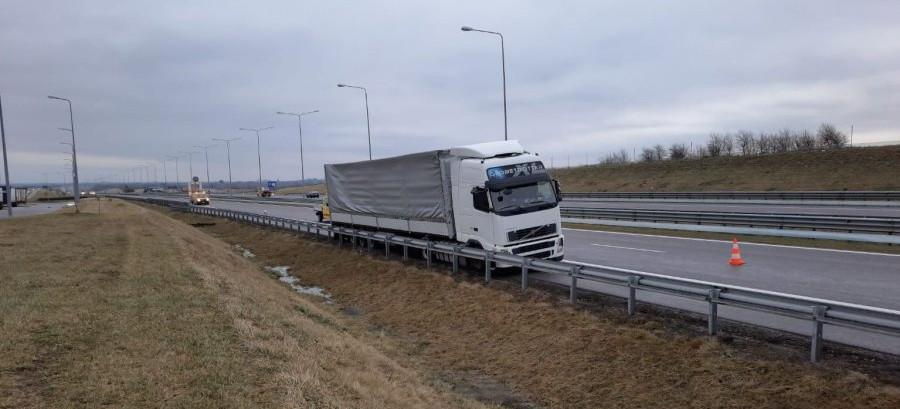 Kompletnie pijany kierowca tira uderzył w bariery na A4! (FOTO)