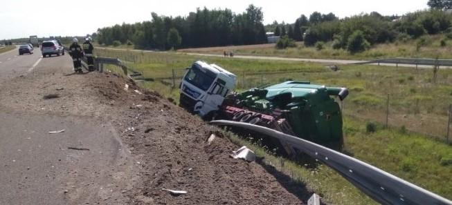 Groźny wypadek na A4. Tir uderzył w mercedesa i zjechał do rowu (FOTO)