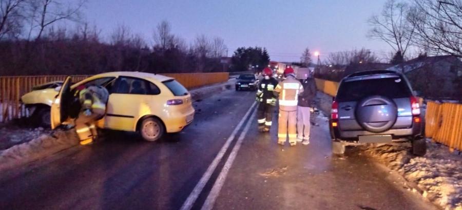 Wypadek w Brzeźnicy. Czołowe zderzenie osobówek (FOTO)