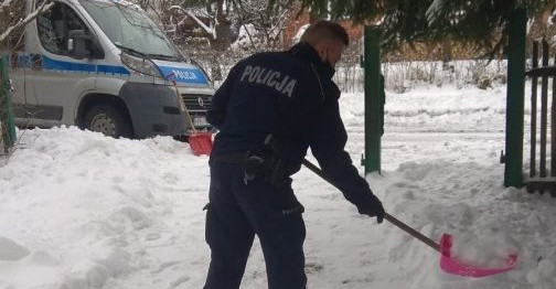 Policjanci odśnieżyli posesję i przynieśli opał