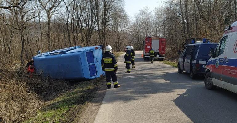 Wypadek busa. Kierowca w szpitalu (ZDJĘCIA)