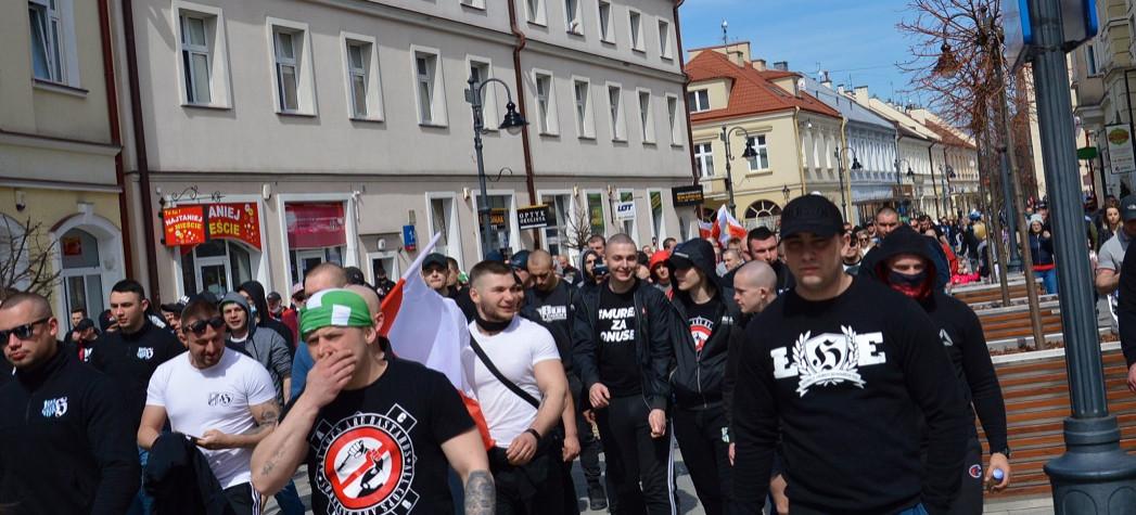 """RZESZÓW. """"Polaku Dawaj z Nami"""". Tłum na marszu przeciw obostrzeniom (ZDJĘCIA)"""
