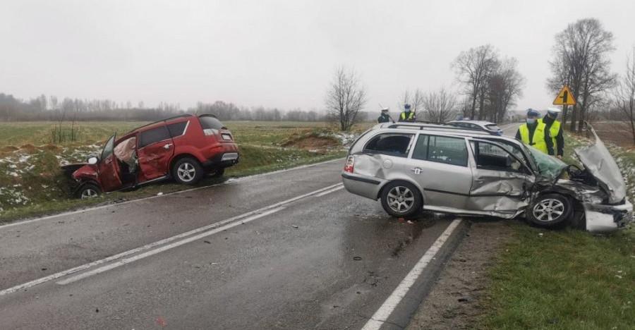 Zderzenie dwóch samochodów. Cztery osoby w szpitalu (FOTO)