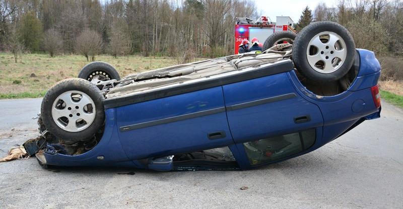 Dachowanie oplem. Kierowca śmigłowcem przetransportowany do szpitala (FOTO)