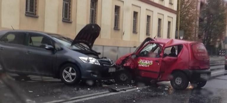 RZESZÓW: Zderzenie trzech pojazdów na ulicy Lisa-Kuli. Utrudnienia!