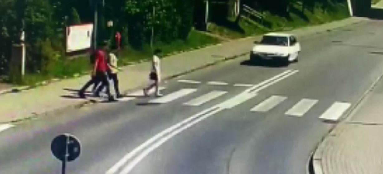 Ku przestrodze! Potrącenie pieszej na pasach (NAGRANIE VIDEO)