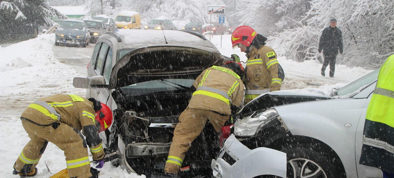 SANOK. Fatalne warunki na drogach. Zderzenie na ul. Traugutta (VIDEO, ZDJĘCIA)