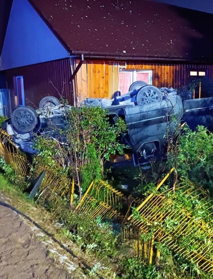 Samochód wjechał w drewniany dom! Cztery młode osoby w szpitalu (ZDJĘCIA)