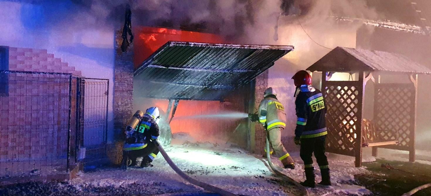 STARA WIEŚ: Pożar garażu przylegającego do zamieszkałego domu. Skuteczna akcja strażaków (ZDJĘCIA)