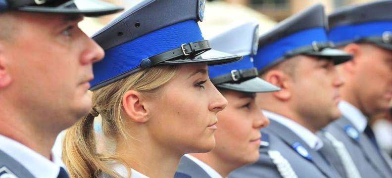 """""""Jesteśmy po to, aby wam służyć"""". Policjanci świętowali na Rynku (ZDJĘCIA, FILM)"""