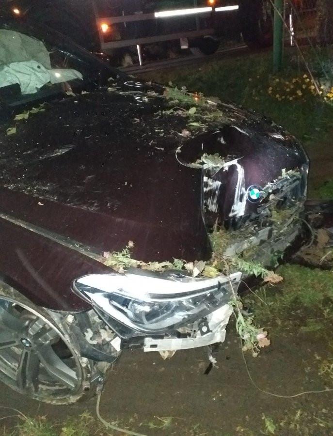 Uszkodził samochody, ogrodzenie i słup energetyczny