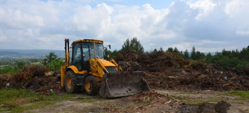 BRZOZÓW: Wielkie sprzątanie odpadów na nieczynnym wysypisku śmieci. Interwencja policji (FOTO)