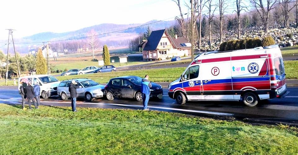 Kolizja trzech pojazdów na drodze wojewódzkiej (FOTO)