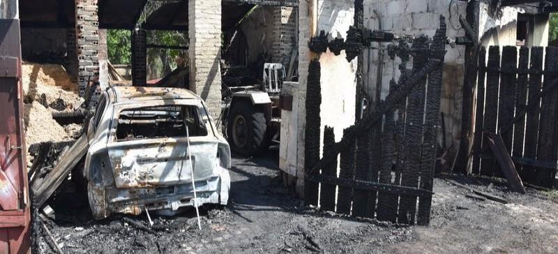 NOWOSIELEC: Pożar dachu  i sąsiednich budynków. Policjanci ruszyli na ratunek (ZDJĘCIA)