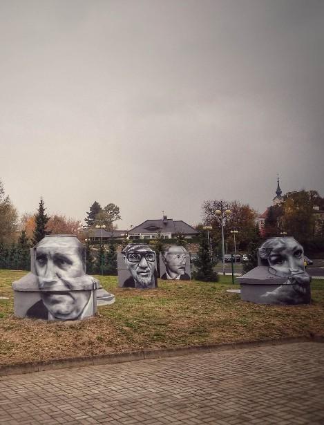 Portrety artystów na studzienkach – wyjątkowe dzieła Andrejkowa (FOTO)