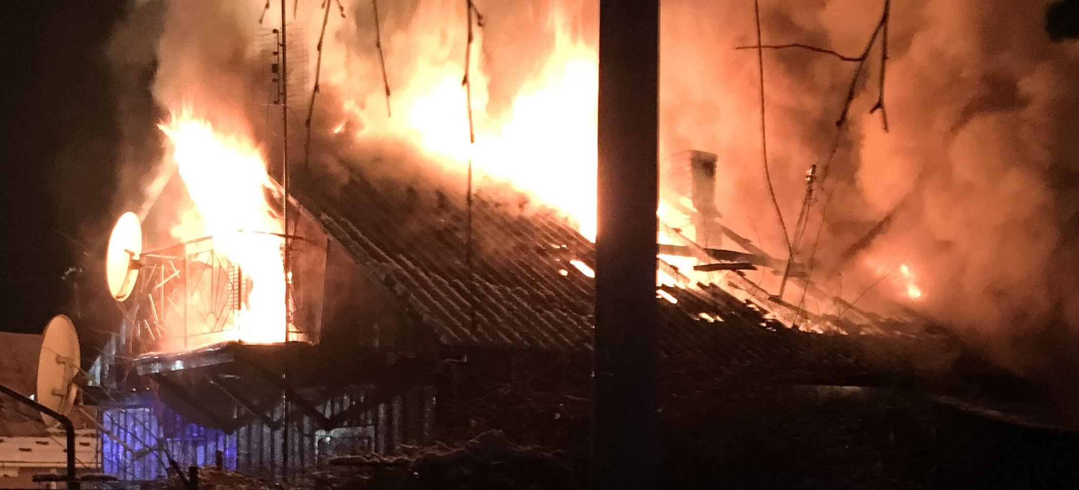 Potężny pożar domu (ZDJĘCIA)
