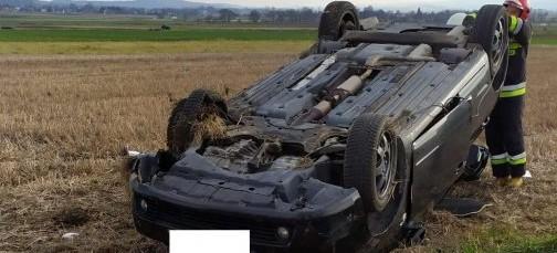 Pękła opona, samochód dachował. Dwie osoby w szpitalu (ZDJĘCIA)