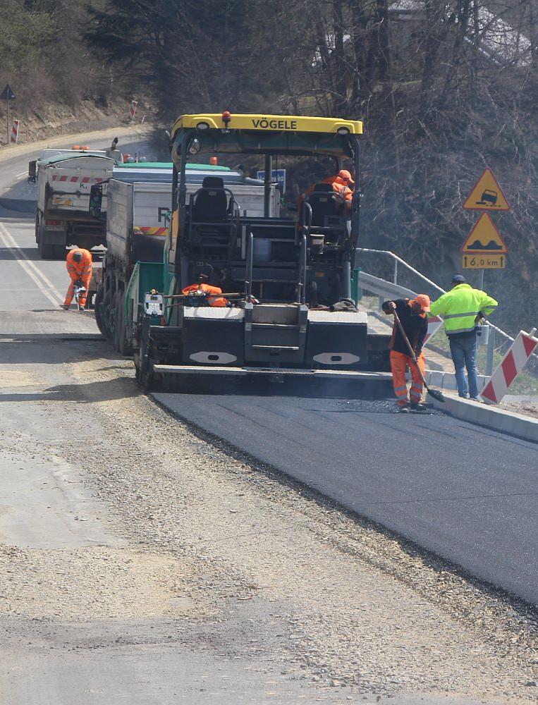 Wielki remont drogi w Bieszczadach. Szybkie tempo prac, spore utrudnienia (ZDJĘCIA)