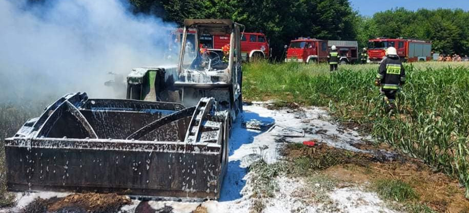 Pożar maszyny rolniczej. Upał i walka strażaków z ogniem (ZDJĘCIA)