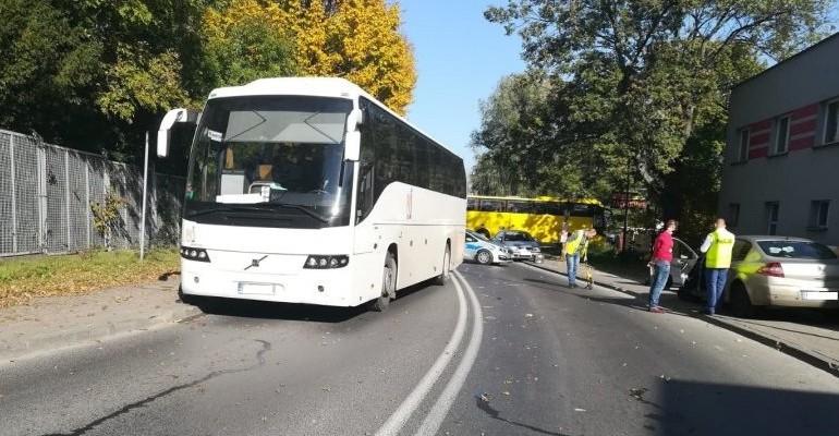 Autobusem uderzył w osobówkę. Dwoje dzieci w szpitalu