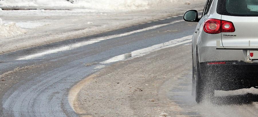 BIESZCZADY: Przemoczony i wyziębiony mężczyzna leżał na poboczu drogi