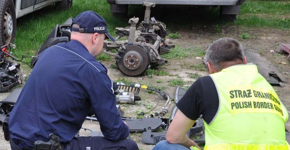 """Pogranicznicy zdemaskowali """"dziuplę"""" z kradzionymi samochodami (ZDJĘCIA)"""