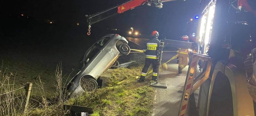 Samochód zawisł na przepuście drogowym. Kierowca zbiegł (ZDJĘCIA)