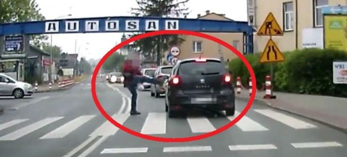 Cios karate na przejściu dla pieszych! (VIDEO)