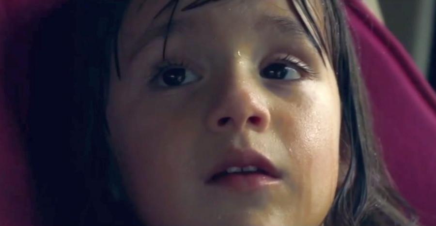 UPAŁY. Co dzieje się z dzieckiem pozostawionym w nagrzanym samochodzie? (VIDEO)