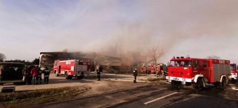 Pożar hali produkcyjnej w Manasterzu! Dwie osoby ranne