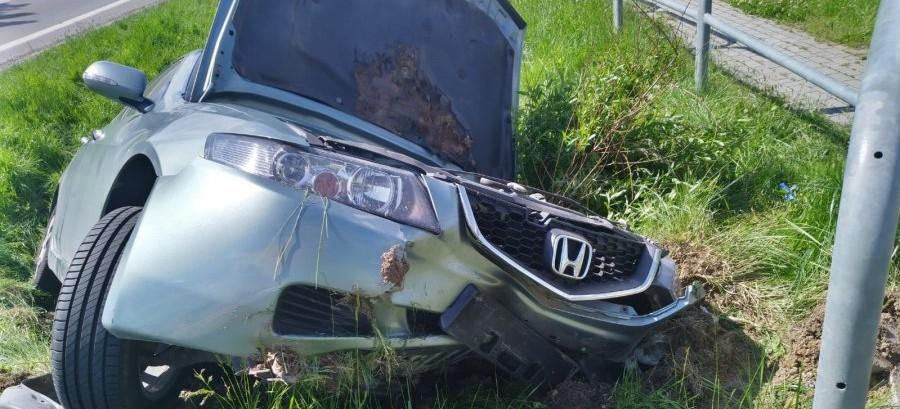 34-latek zasnął za kierownicą. Samochód w rowie (ZDJĘCIA)