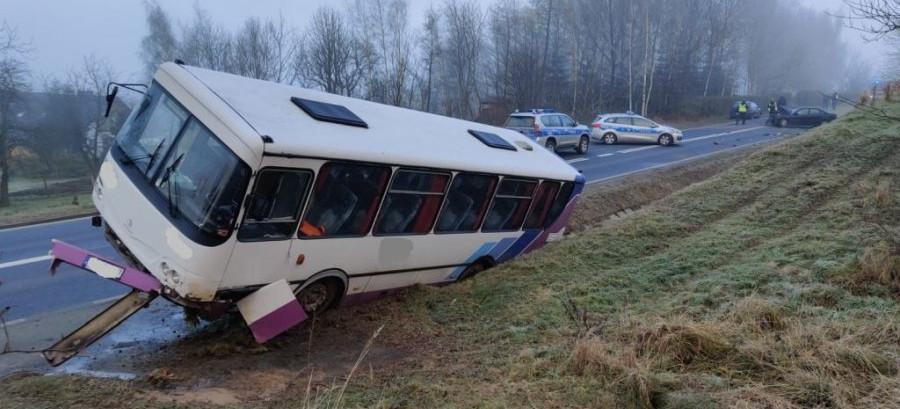 Autobus wpadł w poślizg i uderzył w auta (ZDJĘCIA)