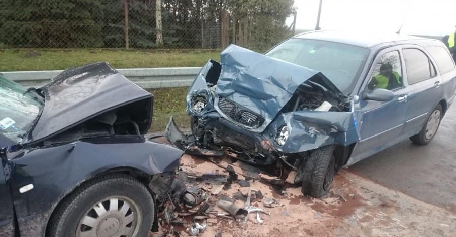 Dębów: Czołowe zderzenie pojazdów. Dwie osoby ranne (FOTO)