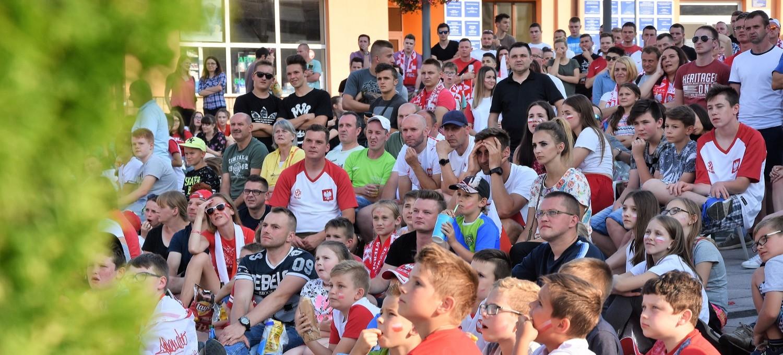 Niezwykłe emocje na Rynku w Brzozowie. Mieszkańcy mocno kibicowali reprezentacji Polski! (ZDJĘCIA)
