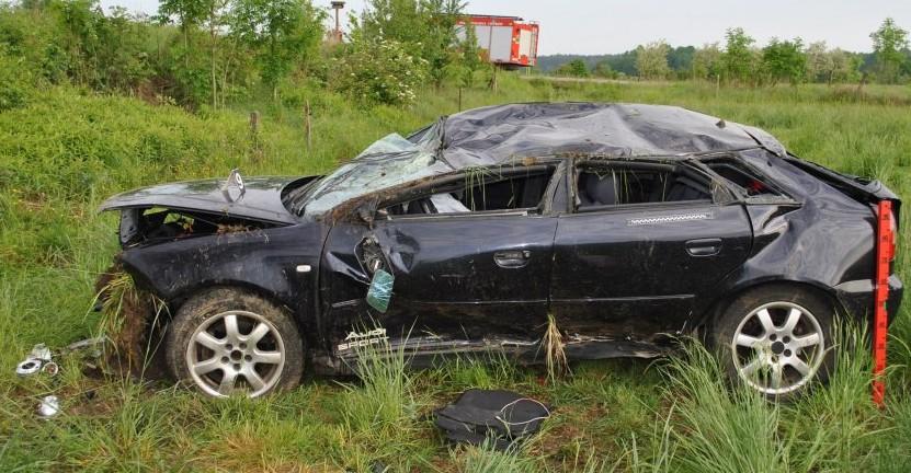 Pijani dachowali samochodem i uciekli z miejsca wypadku (ZDJĘCIA)