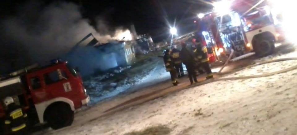 Wielki pożar w Orelcu. Pali się dom połączony z oborą