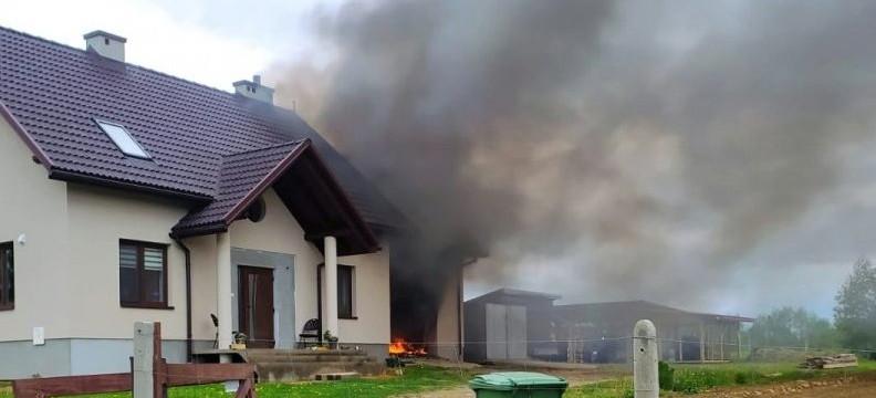 Policjanci jadąc na interwencje musieli gasić pożar!