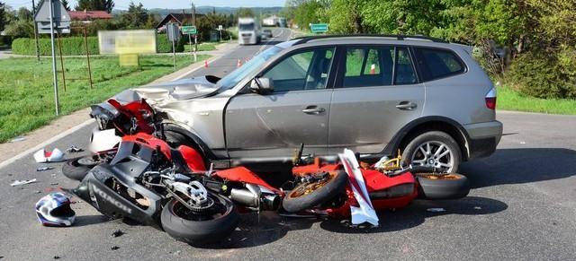 Motocykle na drogach! Kierujący osobówka nie ustąpił pierwszeństwa, dwóch rannych w szpitalu (ZDJĘCIA)