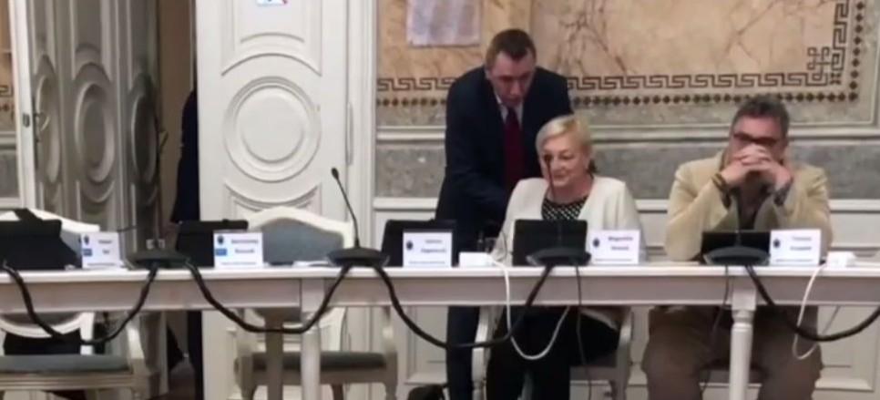 """Niecodzinny sposób na zrywanie obrad. Radni """"wyszarpani"""" z sali (VIDEO)"""