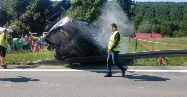 Niebezpiecznie podczas GSMP. Ratajczyk i Serafin wylądowali na barierkach. Pożar w samochodzie Czecha (ZDJĘCIA)