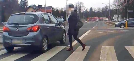 SANOK: Groźnie na pasach! Nagranie z samochodowej kamerki (VIDEO)