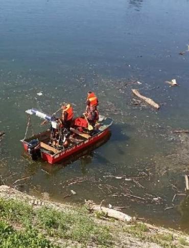 Zbiornik wodny w Besku zanieczyszczany. Akcja strażaków (FOTO)