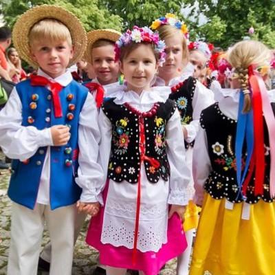 21 LIPCA / SANOK: Dziecięce zespoły polonijne na Rynku